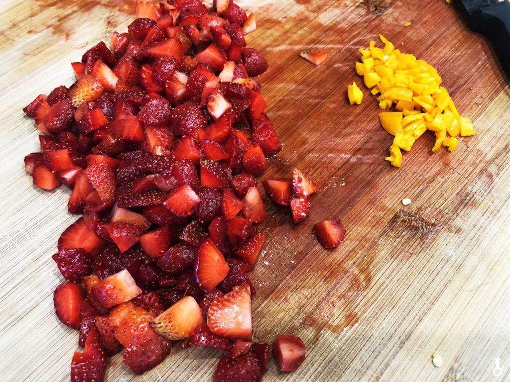 pokrojone truskawki i habanero