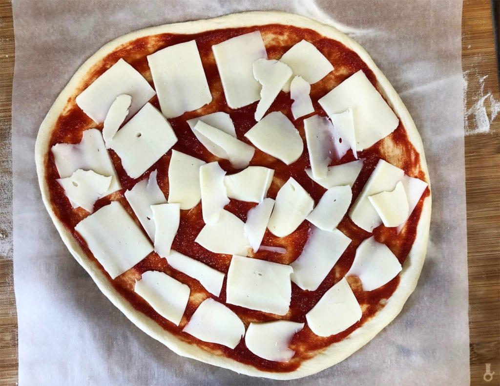 mozzarella na pizzy