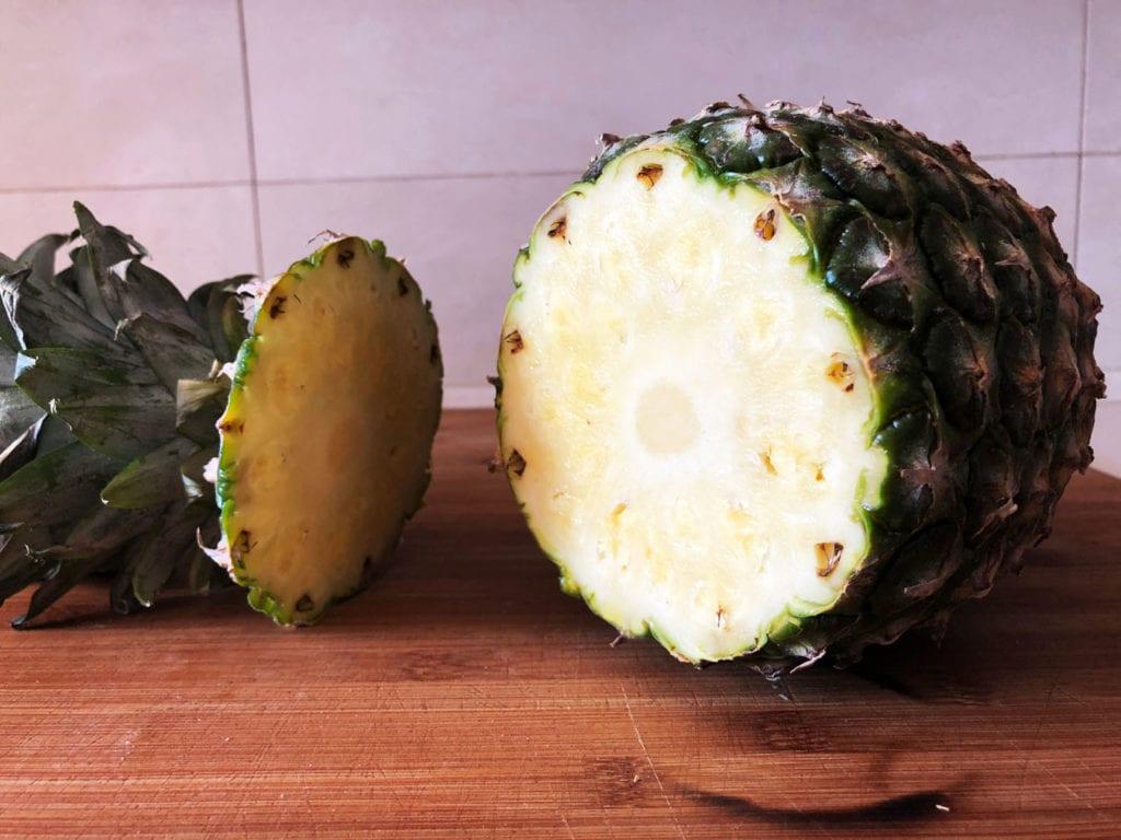 odkrojony kapelusz ananasa