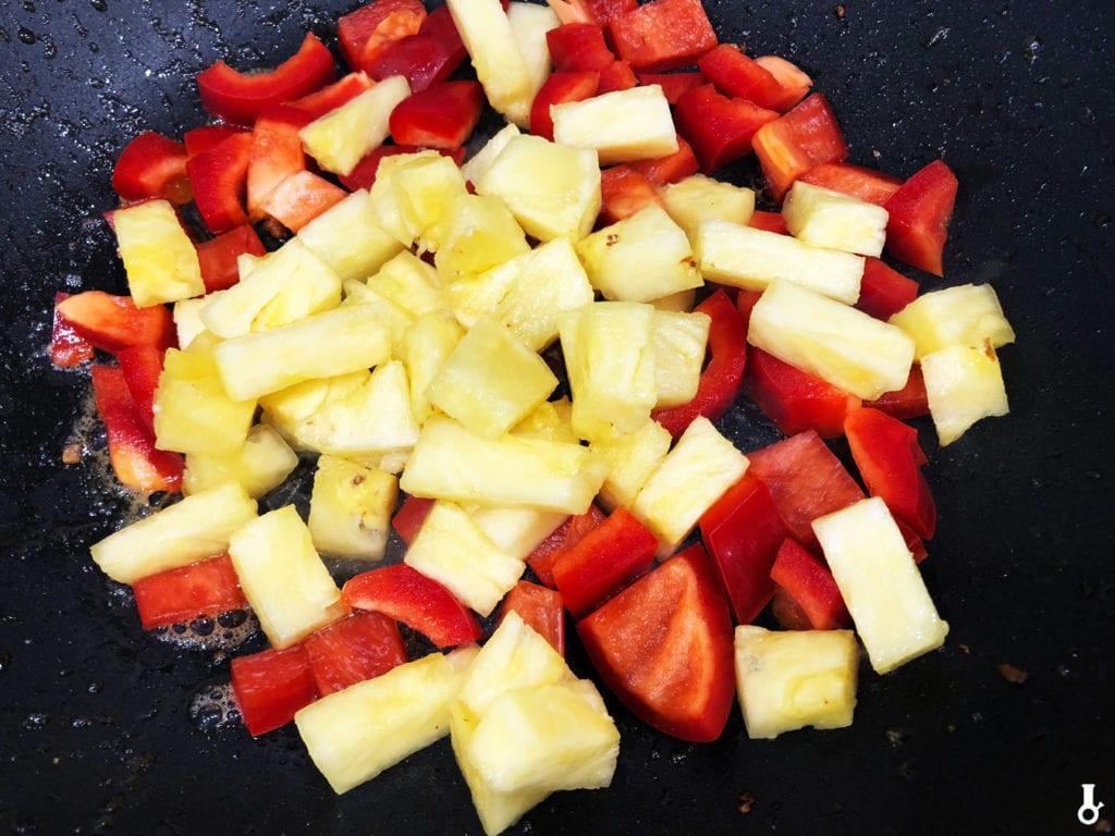 ananas i papryka w woku
