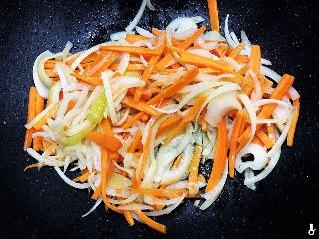 cebula i marchewka w woku