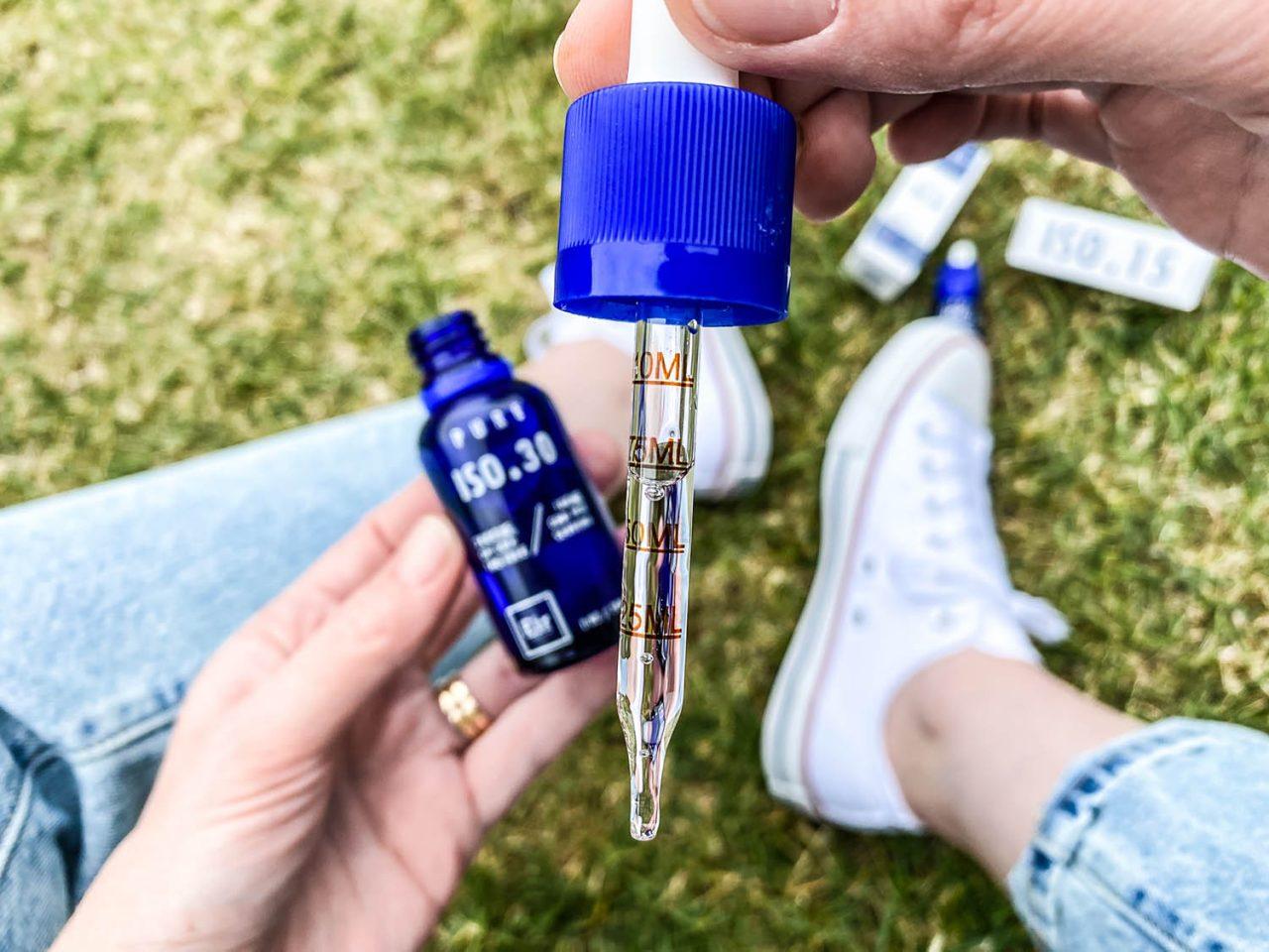 izolat CBD wyjęty z buteleczki